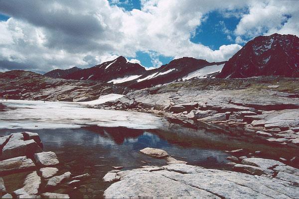 Kleine eisbedeckte Lacke oberhalb der Bergstation des Medelzkopflifts