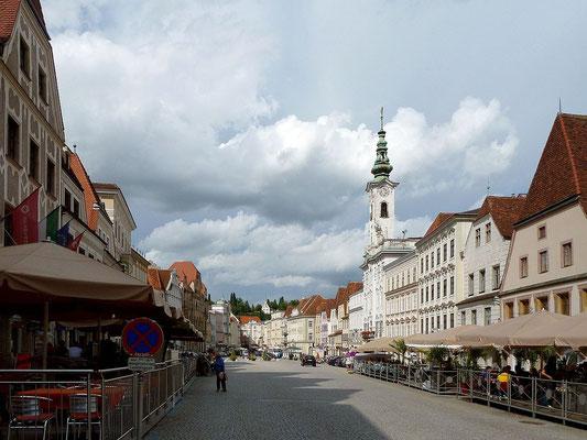 Fußgängerzone mit dem Rathaus von Steyr