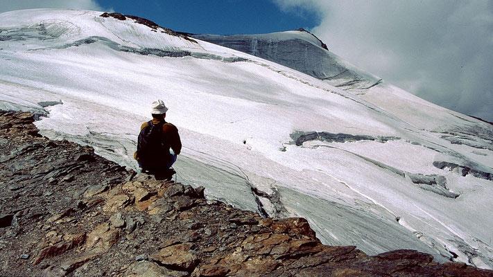 Blick vom oberen Ende des Blockrückens zum Gipfelaufbau des Großen Freigers