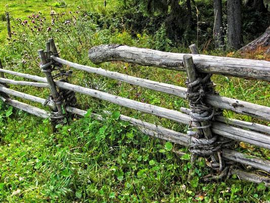 Geflochtener Holzstangenzaun bei der Schüttbauer Alm