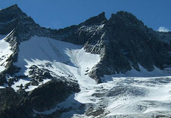 Durch Steinschlag ausgelöste Schneerutscher im Steilhang es Simonykees