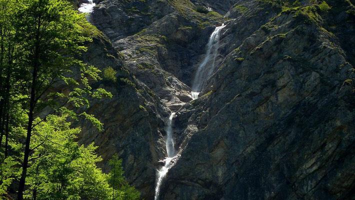 Wasserfälle in steiler Bergflanke bei der Blumenauer Alm