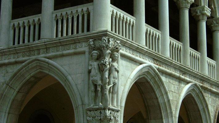 Venedig, Relief von Adam und Eva ums Gebäudeeck