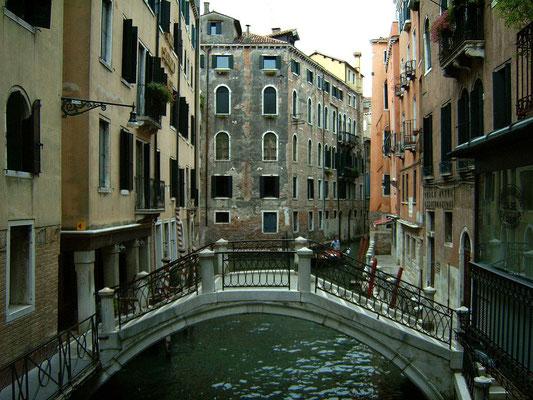 Brücke über einen Seitenkanal
