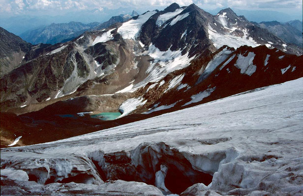 Die beiden Feuersteine vom vergletscherten Schlussanstieg unter dem Gipfelgrat des Wilden Freigers. Auf dem Bild wird Spaltengefahr deutlich.