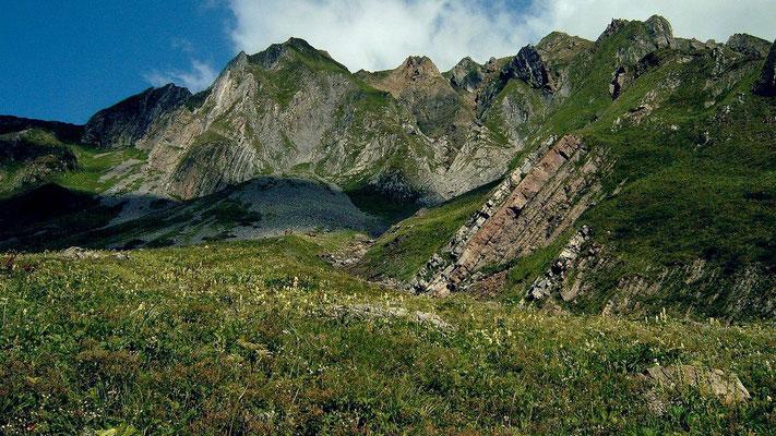 Am karnischen Höhenweg im Gebiet des Wolayersees und Valentintörls treffen unterschiedliche Felsformationen aufeinander