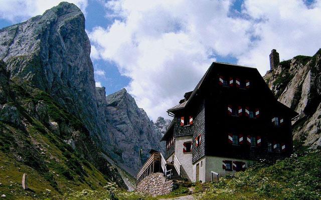 Wolayerseehütte vor den nahezu senkrechten Felswänden des Karnsichen Kamms
