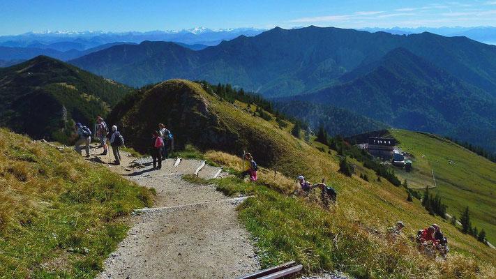 Kurz vor dem Gipfel der Rotwand. Panorama von den Hohen Tauern über Venedigergebiet zu den Zillertaler Alpen im Hintergrund