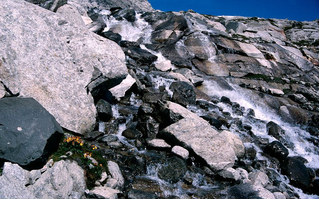 Kaskadierender Bergbach aus dem Bereich des Keeskogels am Steig zum Hochvenediger