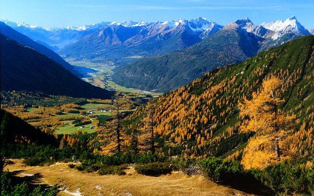 Holzleitensattel, Talschaft zwischen Nassereith und Imst, rechts die östlichsten Lechtaler Alpen