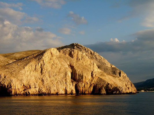 Foto von 2005 mit JAKUMO DIGITAL KAMERA: Felsküste der Insel KrK bei Baska von der Autofähre