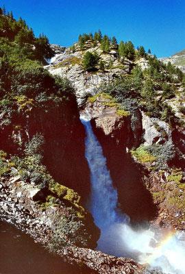 Wasserfall des Gschlößbachs mit Regenbogen beim Aufstieg von Innergschlöß zum Schlatenkees