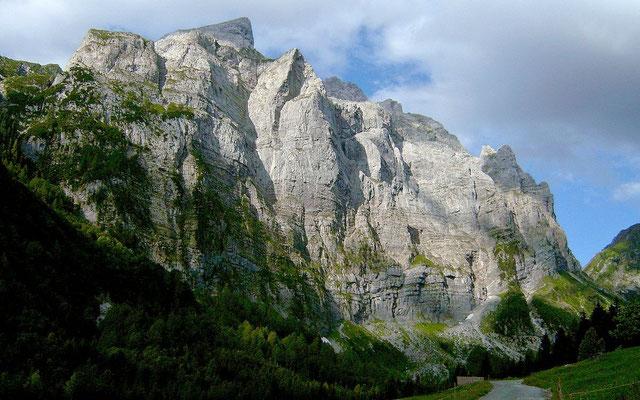 Die wuchtigen Felswände bei den Valentinalmen beeinrucken.