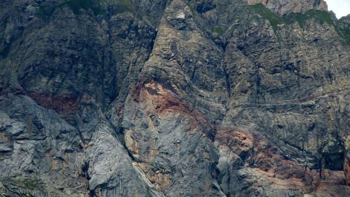 Das durch die Rote Wand quer durchziehende rötliche Felsband