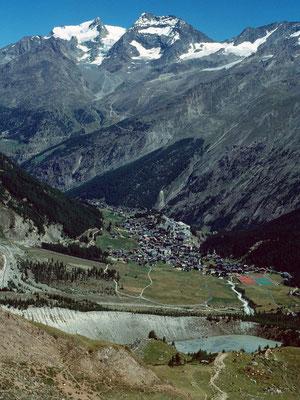 Saas Fee und Mischabelgruppe vom Wanderweg auf der Gletscheralp