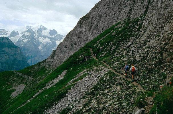 Zum Stand werden die steilen Abhänge des Firstgipfels gequert.