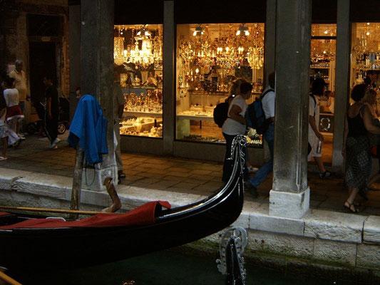 Geschäfte und Bogengänge in Venedig