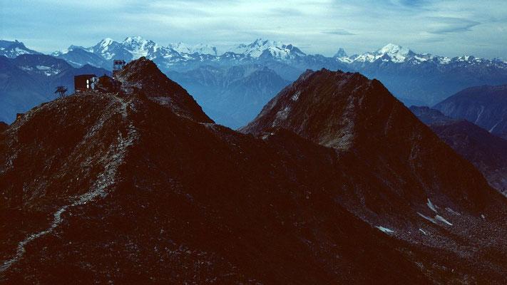 Bergstation der Luftseilbahn zum Eggishorn. Im Hintergrund Wallsier Alpen und der untere Teil des Aletschgletschers
