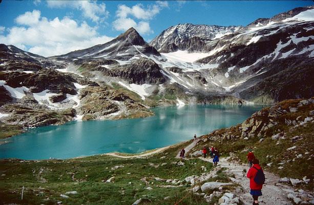 Stausee Weißsee vom Abstiegsweg zum Medelzkopflift. Links die Einsattelung Kalser Tauern.