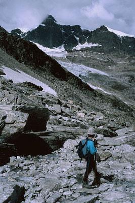 Blick vom Stei zum Monto Moro Pass zum Mattmark-Stausee und Schwarzberggletscher