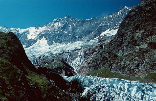 Von Taeschhorn und Dom zieht eine wilde Eis- und Gletscherflanke fast 2500 Hm ins Tal von Saas Fee herab.