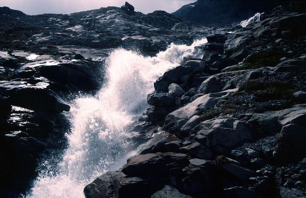 Hoch aufspritzender Bach vom Schwarzberggletscher
