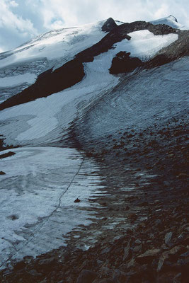 Blockwerk, Hartschnee und aufgeweichte Schneeflächen im mittleren Teil des Anstiegs zum Wilden Freiger