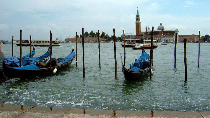 Gondeln im Hafen von Venedig