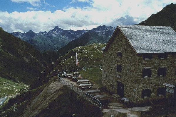 Essener und rosticker Hütte auf 2208 m Seehöhe. 800 Höhenmetr sind vom Parkplatz Ströden im Virgental bis zur Hütte zu bewältigen.