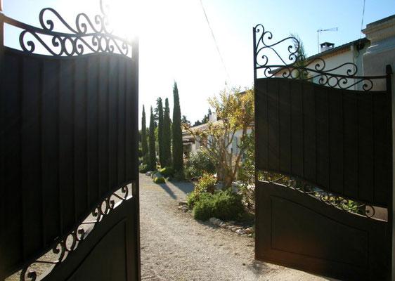 portail entrée chambre d'hôtes mas de l'Estello saint rémy de provence