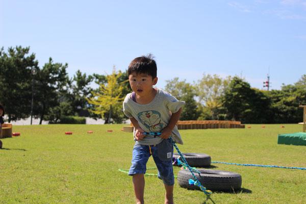 2歳児は、タイヤを引いてゴール