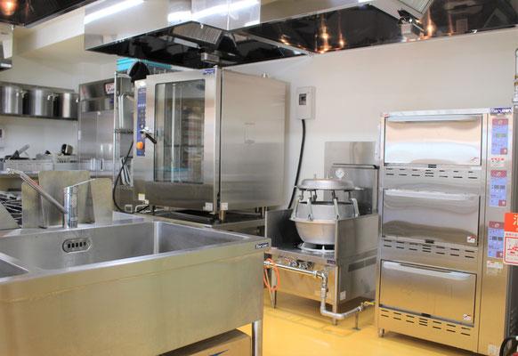 給食室。スチームコンベクション、圧力釜、立体炊飯器