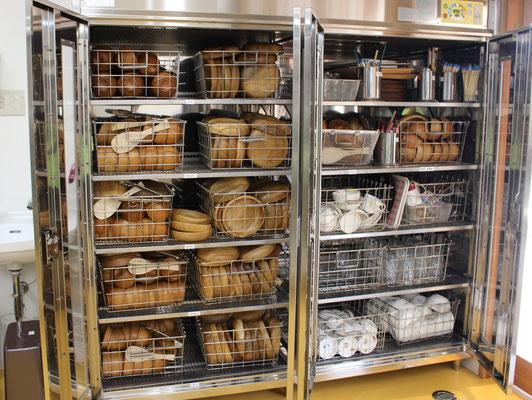 食器消毒保管庫は、木の器がいっぱい