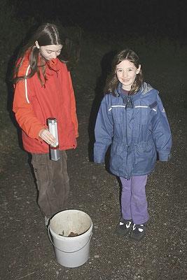 Die Sammlerinnen Hanna  und Laura. (Foto: R. Drös)