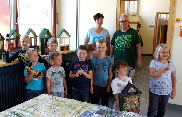 Die Ferienkinder präsentieren stolz ihre fertigen Insektenhotels