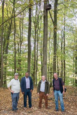 Begehung des Waldkauznistkasten beim Karsbrunnen (Foto: M. Budig)