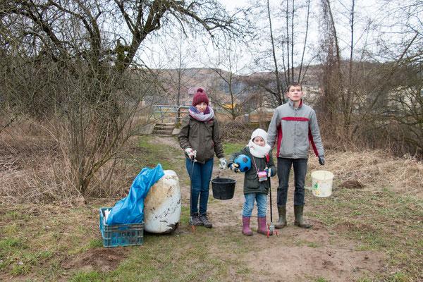 Am Elsenzufer gab und gibt es zahlreichen Plastik -Müll. Hier ein riesen Kanister ...
