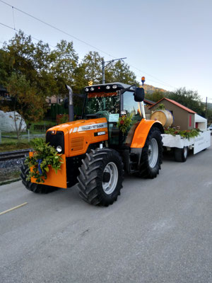 Eine gewaltige Zugmaschine von Bürki Tiefbau sorgte für einen sicheren Transport unseres Modells.