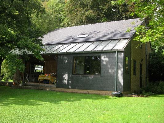A l'arrière, plein Sud, terrasse couverte et capteur solaire
