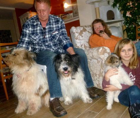 mit ihrer Familie und Kumpeline Bella.
