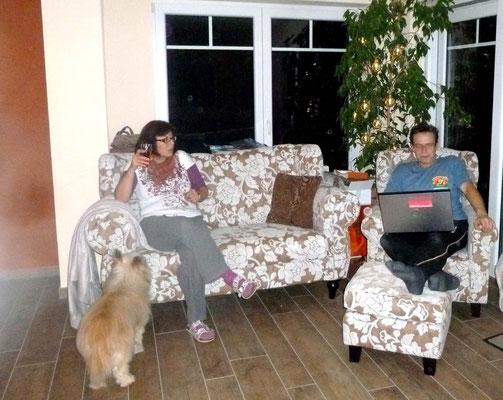 Hurraaa, unser Esssofa und der Sessel mit Hocker sind da. Probestizen..