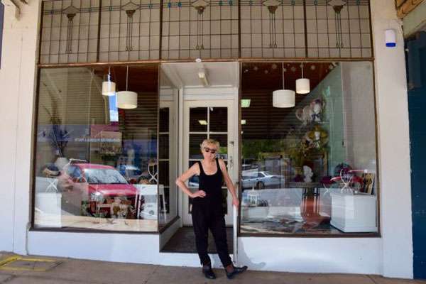 Jo-Anne vor ihrem Geschäft in Nurrandera