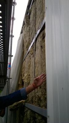 Pignons étage, sous le bac-acier: discontinuité et trous dans l'isolant 15cm en laine de roche, absence de frein-vapeur et de pare-pluie