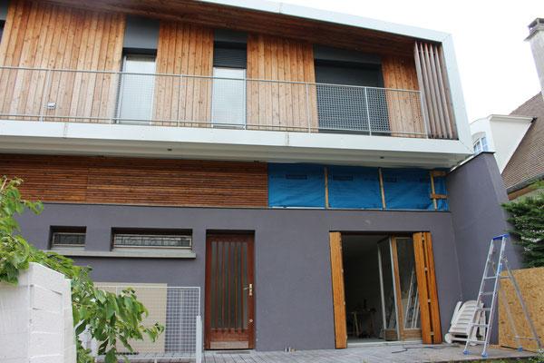 nouvelle isolation fibre de bois et étanchéité à l'air du demi-niveau existant entre le rdc et l'étage, repose bardage