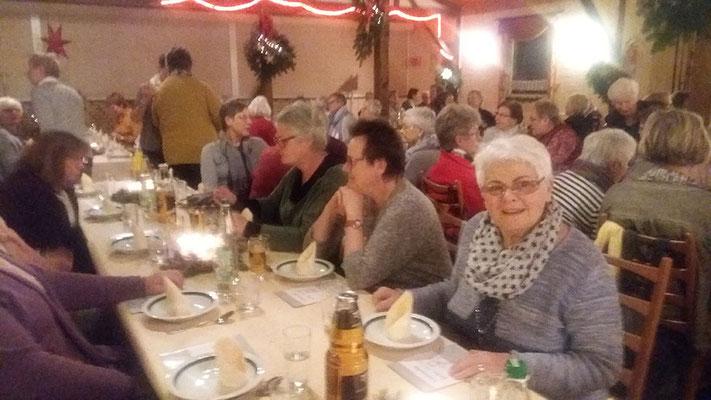 Landfrauen an den liebevoll geschmückten Tischen