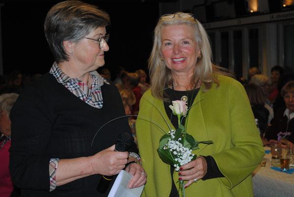 Aufmerksam lauschten die Landfrauen dem Vortrag von Theresia de Jong, am Ende bedankte sich die  1. Vorsitzende Ute Berger mit einem Präsent bei der Referentin