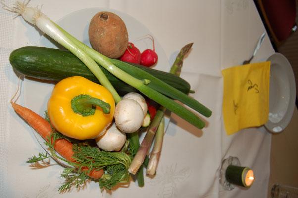 """Für passende """"Dekoration"""" mit Gemüsetellern sorgte die Vereinsgruppe Osterndorf zur Einstimmung auf den Vortrag """"Jetzt wird es bunt – Ist Gemüse das neue Fleisch?"""