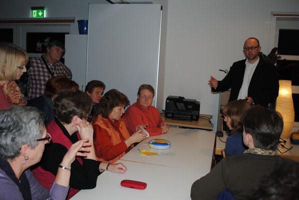 An einem Übungsgerät, das Dr. Philip Kliem (rechts oben im Bild) mitgebracht hatte, konnten die Stoteler Landfrauen probieren, wie ein Defibrilator funktioniert und angesetzt wird.