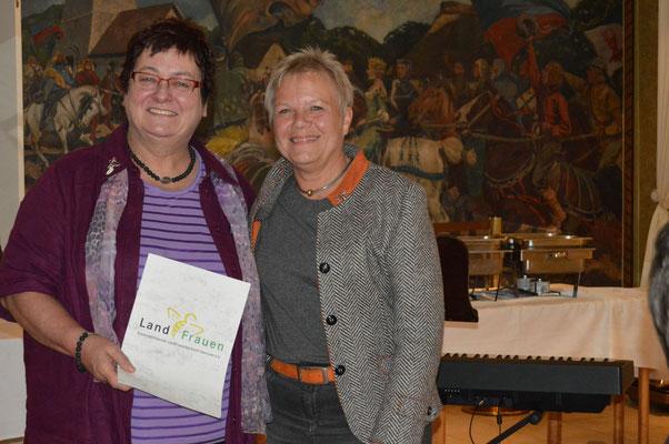Ilsemarie Schröder (rechts) vom Niedersächsischen Landfrauenverband zeich-nete Ingrid Tienken für ihre langjährige Vorstandsarbeit  mit der Silbernen Biene aus.