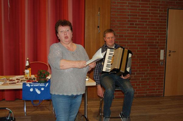 Renate Kiekebusch und Thomas Sölter sorgten bei den Beverstedter Landfrauen mit gelungener Unterhaltung für herzhaftes Lachen